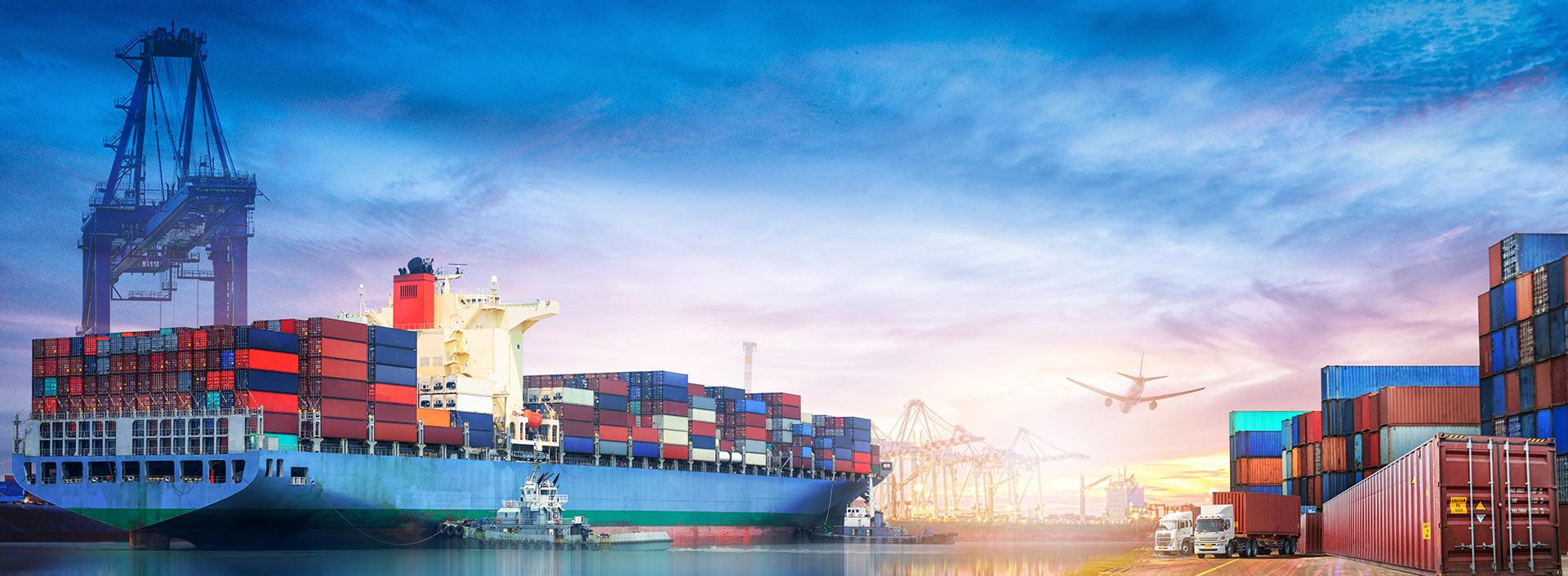 Barco de contenedores en el puerto